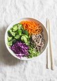 硬花甘蓝、荞麦面条、红叶卷心菜和烂醉如泥的红萝卜菩萨在轻的背景,顶视图滚保龄球 素食健康饮食fo 库存照片