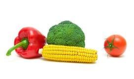 硬花甘蓝、蕃茄、玉米和甜椒在白色背景 免版税图库摄影