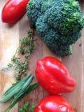 硬花甘蓝、蕃茄和草本 免版税库存图片
