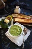 硬花甘蓝、鲕梨和花椰菜奶油色汤与打好的奶油在一张木桌上 顶视图 图库摄影
