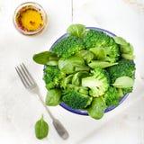 硬花甘蓝、婴孩菠菜和青豆沙拉 库存照片