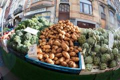 硬花甘蓝土豆和朝鲜蓟在市场上在布鲁塞尔 免版税库存图片