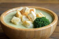 硬花甘蓝奶油色汤用油煎方型小面包片 库存图片