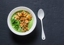 硬花甘蓝汤用辣鸡豆和油煎方型小面包片在黑暗的背景,顶视图 食物健康素食主义者 图库摄影