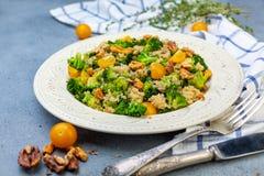 硬花甘蓝沙拉和奎奴亚藜 健康的饮食 图库摄影