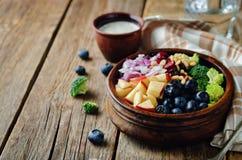 硬花甘蓝蓝莓与希腊酸奶罂粟种子dre的苹果沙拉 库存照片