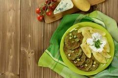 硬花甘蓝薄煎饼用葱,土豆和穿戴 免版税库存照片
