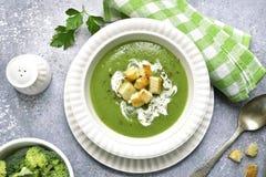 硬花甘蓝被制成菜泥的汤用油煎方型小面包片 顶视图 免版税库存照片