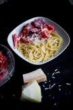 从硬质小麦的面团,洒与被磨碎的帕尔马干酪 用蕃茄 开胃非常 免版税库存照片