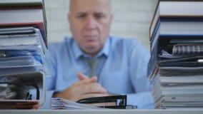 确信商人认为的模糊的照片沉思在会计办公室 免版税库存照片