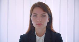 确信地看照相机的年轻成功的白种人女实业家特写镜头画象户内在白色办公室 影视素材