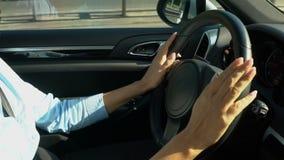 确信地驾驶汽车,女性手的Businesslady拿着方向盘 股票录像