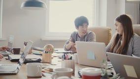 确信的亚洲年轻商人讲话在不同种族的办公室会议上 现代coworking的4K的成功的企业家 股票录像