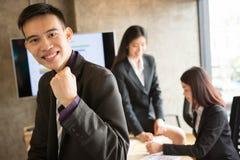 确信的亚裔办公室工作者 免版税库存图片
