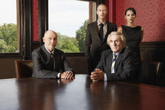 确信的企业队在会议室 免版税库存照片