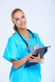 确信的友好的女性医生 免版税库存图片