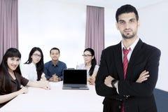 确信的商业领袖在会议室 免版税库存照片