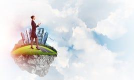 确信的夫人上司和现代城市作为eco的概念绿化建筑 免版税库存照片