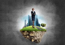 确信的夫人上司和现代城市作为eco的概念绿化建筑 库存照片