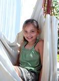 确信的女孩吊床坐的假期年轻人 库存图片