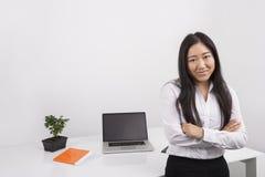确信的女实业家常设胳膊画象在办公室横渡了 免版税图库摄影