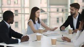 确信的女实业家有与同事的企业讨论在办公室简报 股票录像