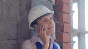 确信的女性建筑师谈话在电话 图库摄影
