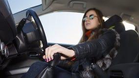 确信的女性竟赛者驾驶汽车 图库摄影