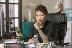 确信的妇女在一个创造性的办公室 免版税库存照片