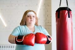 确信的妇女拳击 免版税图库摄影