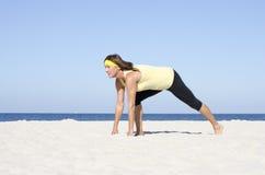 确信的妇女有效的报废海滩体育运动 免版税图库摄影