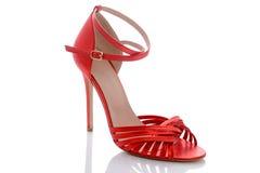 确信的妇女的时髦的现代红色凉鞋 库存照片