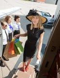 确信的妇女运载的购物袋,当时 免版税库存照片