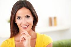 确信的妇女暴牙微笑对照相机 免版税库存图片