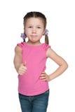 确信的小女孩举行她的赞许 免版税库存照片