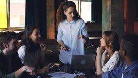 确信的少妇执行董事与要求不同种族的小组的工友谈话问题和给 股票录像