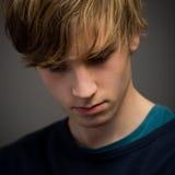 确信的少年白肤金发的年轻人在演播室 免版税库存图片