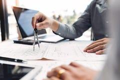 确信的工程师队与与建筑师设备谈论的和计划的工作流程工程项目的方案一起使用 W 免版税库存照片
