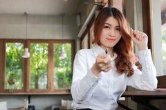 确信的年轻亚洲女商人开会画象和有一个想法在咖啡咖啡馆有拷贝空间背景 免版税图库摄影