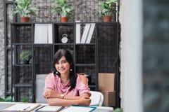 确信的年轻企业家在她的办公室 免版税库存照片