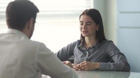 确信的年轻女性申请人谈话与hr经理震动手 影视素材
