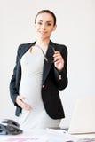 确信的怀孕的女实业家。 免版税库存照片