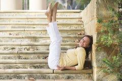 确信的愉快的成熟妇女腿上升室外 库存照片