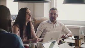确信的欧洲女性CEO与商务伙伴谈话 愉快的年轻女实业家带领不同种族的办公室会议 股票视频