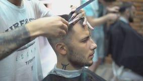 确信的理发店的人参观的发式专家 股票视频