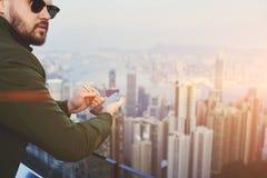 确信的男性使用手机 免版税图库摄影