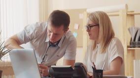确信的男性客户服务代表画象与耳机的在电话中心 坐在计算机的一个人 股票视频