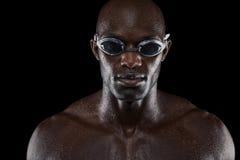 确信的男性游泳者画象  库存照片