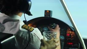 确信的男性试验运行的飞机和在驾驶舱内拒绝酒精饮料 影视素材