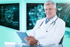 确信的男性医生画象的综合3d图象使用数字式片剂的  免版税库存图片